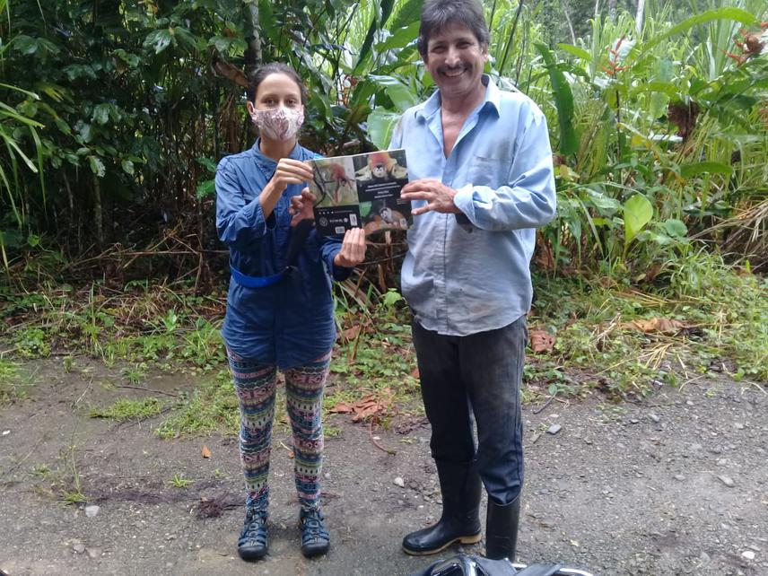 Delivering a book on the Natural History of the squirrel monkey to one of the interviewees (Enrique Segnini) in the Barrigones community.