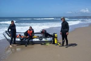 Scuba divers ready to perform a biological sampling.